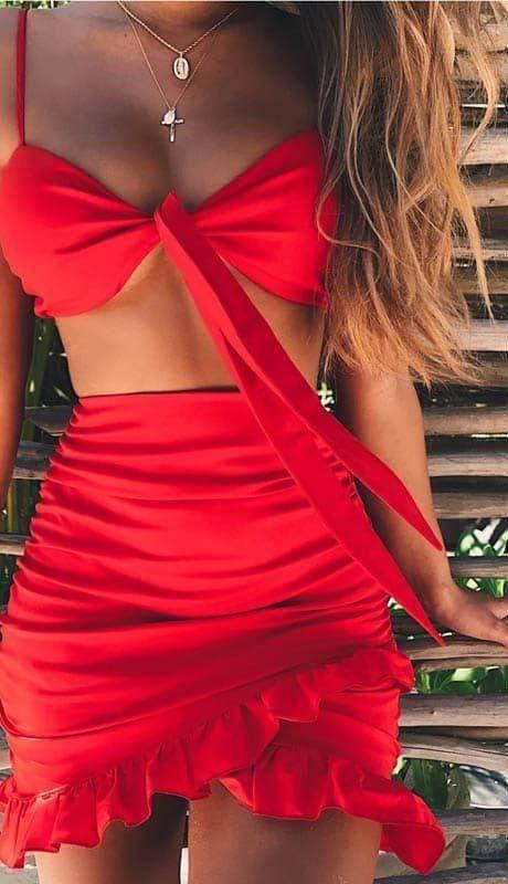 Robe d'été rouge épaules nues